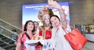 Первых пассажиров встречали по русской традиции хлебом-солью