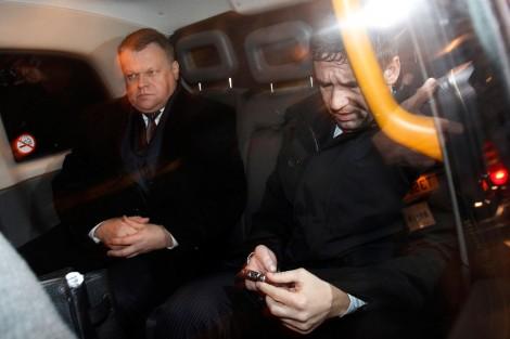 Раймондас Баранаускас (слева) и Владимир Антонов покидают Вестминстерскй суд в Лондоне