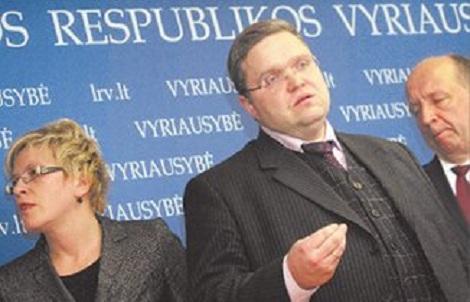 Министр финансов Ингрида Шимоните,  председатель правления Банка Литвы Витас Василяускас и  Премьер-министр Литвы Андрюс Кубилюс сообщили, что правительство национализирут  банк «Снорас»