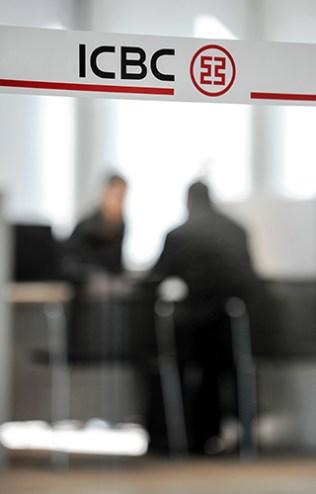 5 сентября, 2014 Китайский банк ICBC прекратил обслуживать биткоин-трейдинг В конце 2013 – начале 2014 годов Китай значительно усложнил для своих граждан торговлю биткоинами. Банкам и платежным системам было запрещено обслуживать операции, связанные с торговлей биткоинами. Эффективность этих мер оказалась низкой. Уже в сентябре основная торговля биткоином в мире происходила в юанях.