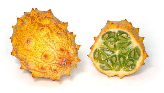 11. И, наконец, кивано или рогатая дыня. Родиной кивано является Африка, поэтому его иногда называют «африканский огурец». Спелый фрукт имеет желтый или оранжево-красный цвет и достигает около 15 см в длину. Мякоть кивано, зеленая и желеобразная, по вкусу напоминает смесь банана и огурца. Фрукт богат витамином С, содержит калий и железо и низко калориен, повышает иммунитет и укрепляет стенки сосудов.