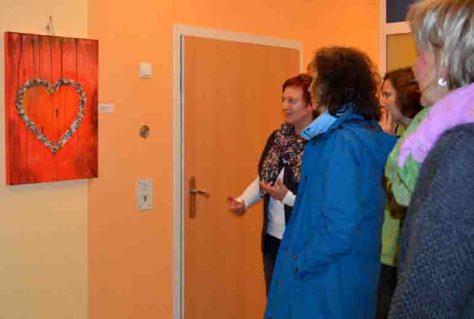 Die Besucherinnen besichtigen Projektarbeiten junger Künstler der LWL-Haardklinik und waren beeindruckt von der Ausdruckskraft der Bilder. Foto: LWL/Seifert