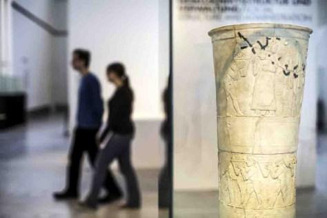 """Inmitten der großzügigen Ausstellungsarchitektur erwarten Highlights wie diese Replik der sogenannten """"Uruk-Vase"""" den Besucher. Foto: Herr Gerharz"""