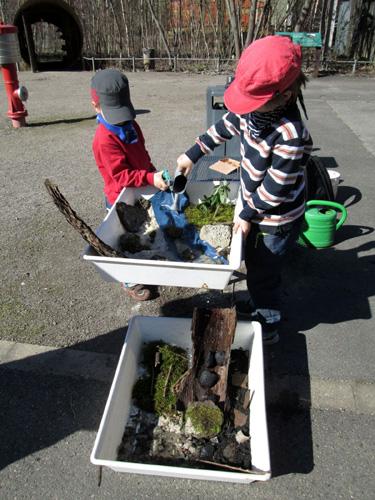Mit Steinen, Sand und Pflanzen gestalten die Teilnehmer eine eigene Wasserlandschaft. Foto: LWL/Ehses