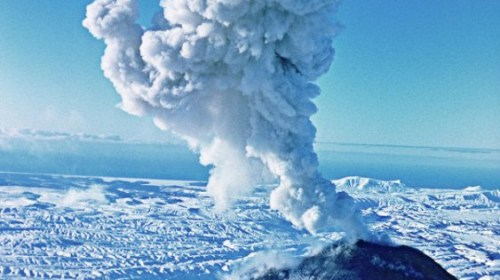 Вулкан Ключевская сопка выбросил столб пепла на 6 километров