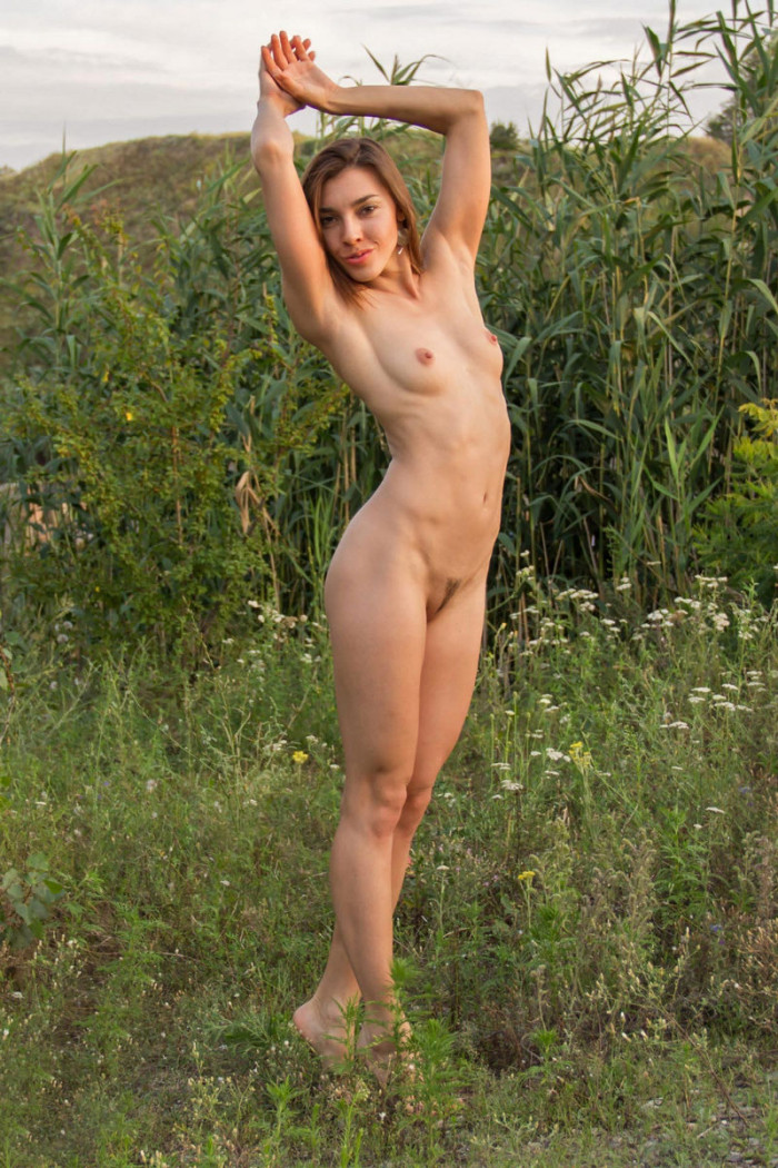 Amateur blonde loves to posing naked at near forest