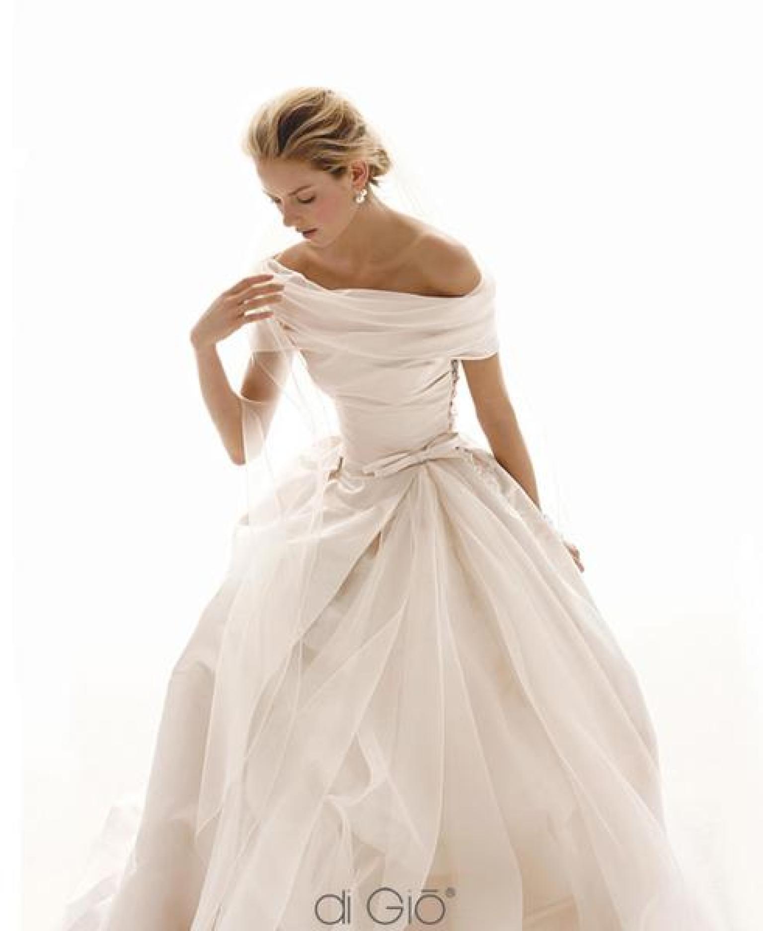 Glancing Wedding Most Sensual Trend Wedding Most Sensual Trend Off Shoulder Wedding Dresses Lace Off Shoulder Wedding Dresses Melbourne wedding dress Off The Shoulder Wedding Dresses