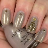 Elegant Christmas nails by Instagram user : melcisme ...