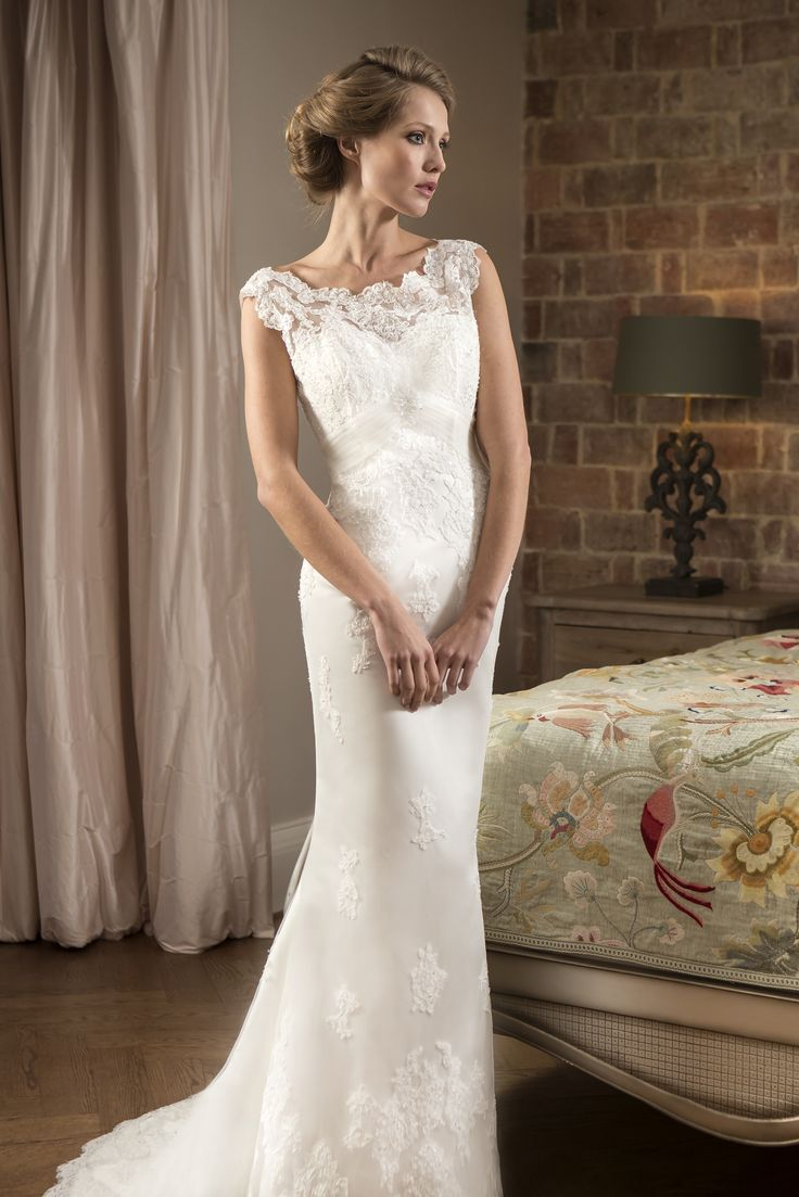 b r i d a l b y t r u e fitted lace wedding dress W Slim fitting Lace bridal gown with delicate Lace neckline and keyhole back