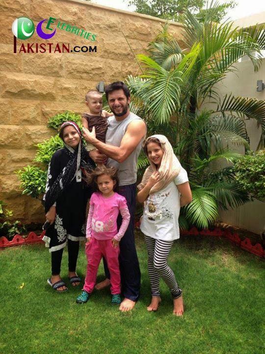 Cute Sisters Love Wallpapers Shahid Afridi With His Lovely Daughters Shahid Afridi