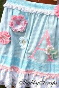 Love this shabby chic apron buena idea decorar con botones ...