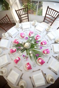 Tropical tablescape with simple, yet fun centerpieces ...