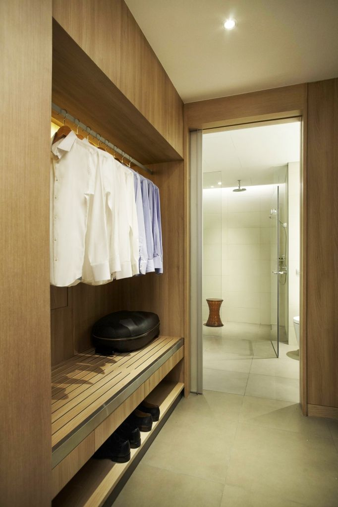 Single Schlafzimmer Einrichten Walk-in Wardrobe. Two Wardrobes On Either Side, Walkway