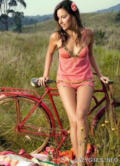 Harley Davidson Girl Wallpaper Thenakedbicycle The Beautiful Daniela Pinedo Girls