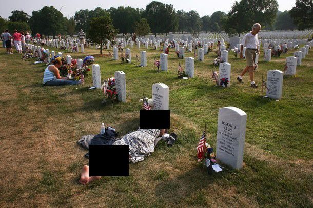 Boy Death Girl Crying Wallpaper Crying Soldier Grave American Soldiers Family Crying In