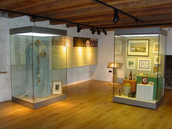 Tapete Modern Museum Display Cases From Britannia Storage Systems
