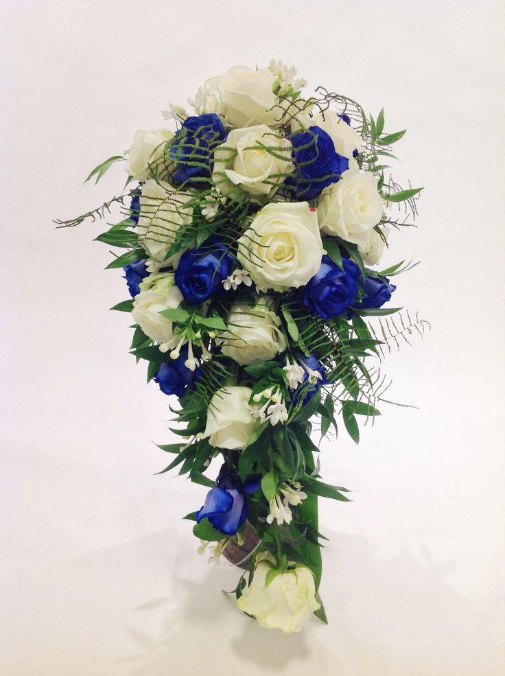 Brautstrauß Blau Weiß Mit Rosen Bouvardia Und Ruscus