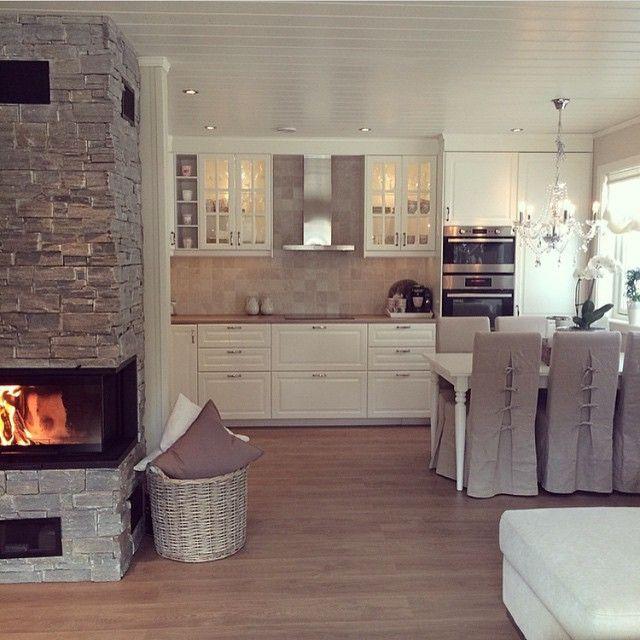Wohnküche, Landhaus-Stil, weiß mit brauner Arbeitsplatte, Kamin - wohnkuche ideen
