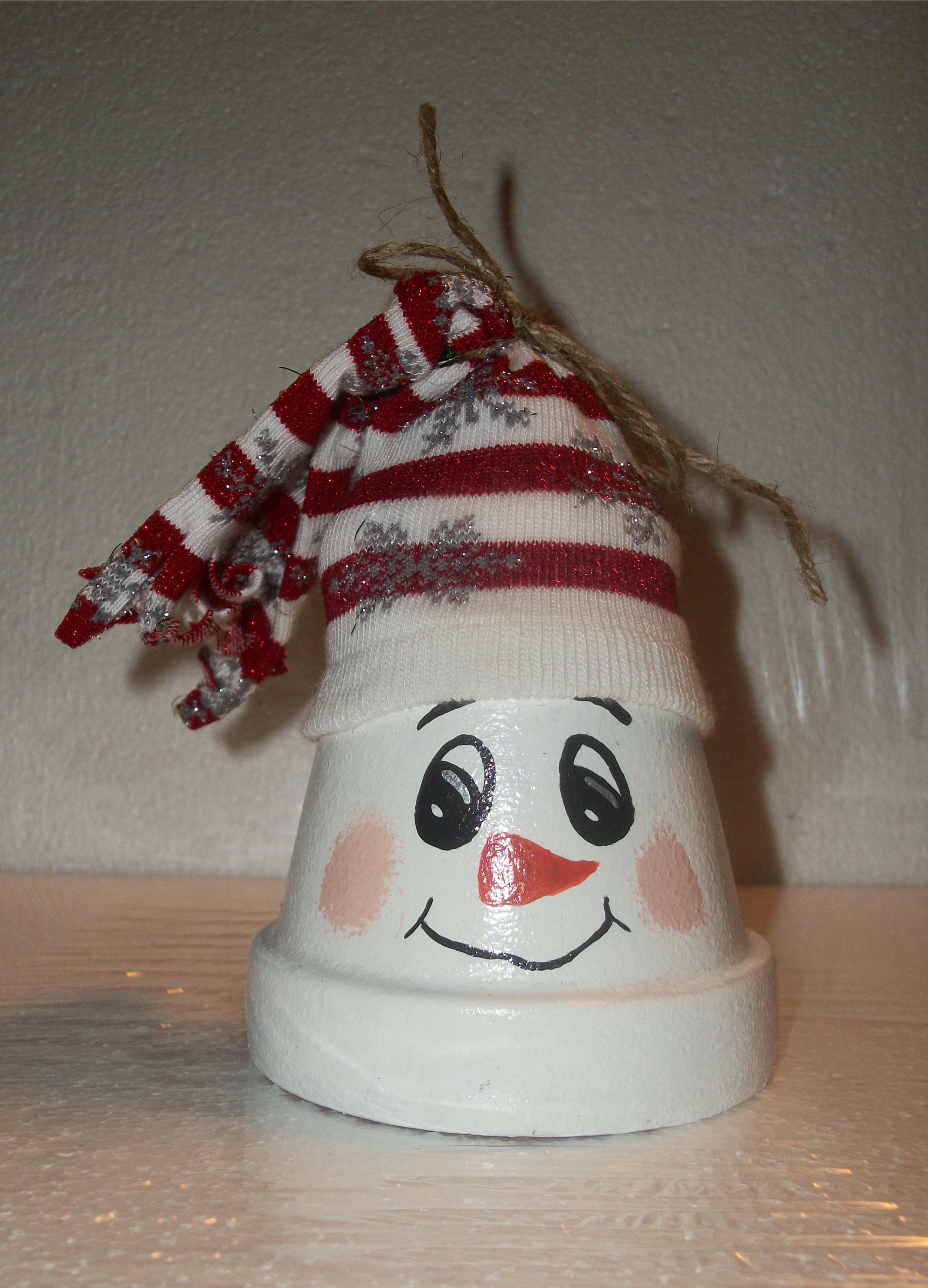 Basteln Mit Tontöpfen Weihnachten Small Clay Pot Snowman Topped With Christmas Sock