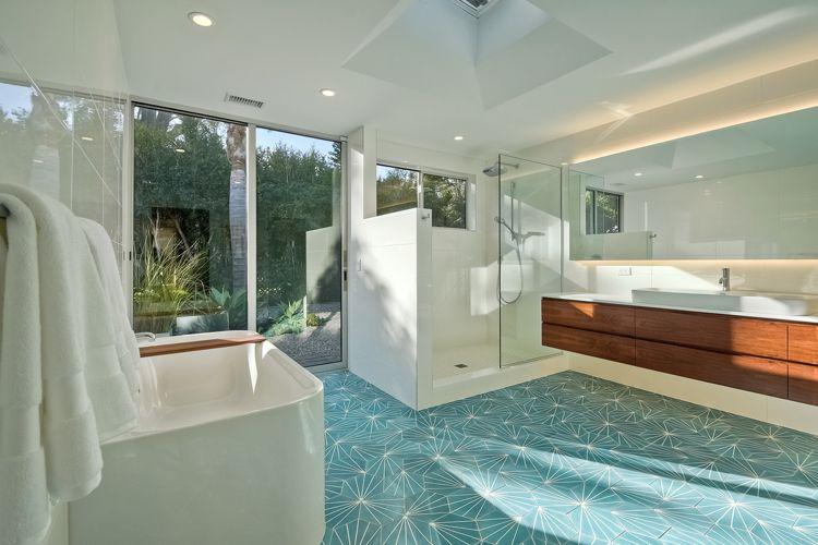 ... Modernes Badezimmer In Weiß Mit Akzenten Aus Holz Und Fliesen In    Modernes Badezimmer ...