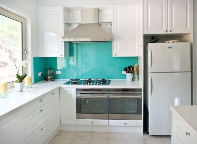 küche wandgestaltung glas spritzschutz türkis weiße schränke - kuchenwandgestaltung ideen fliesen glas