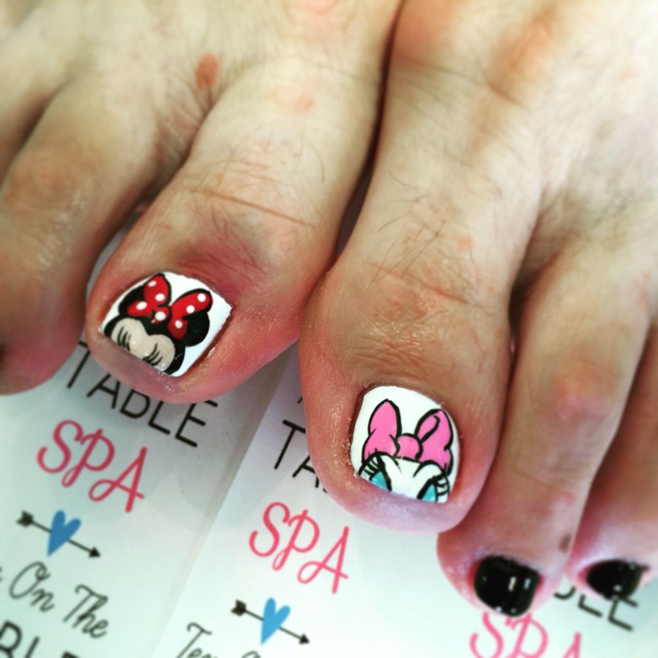 Disney nail art. Minnie Mouse nail art. Daisy Duck nail