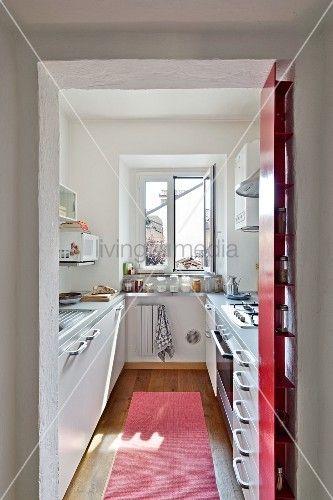 Blick durch offenen Durchgang in schmale, moderne Küche küche - schmale fenster kuechen gestaltung