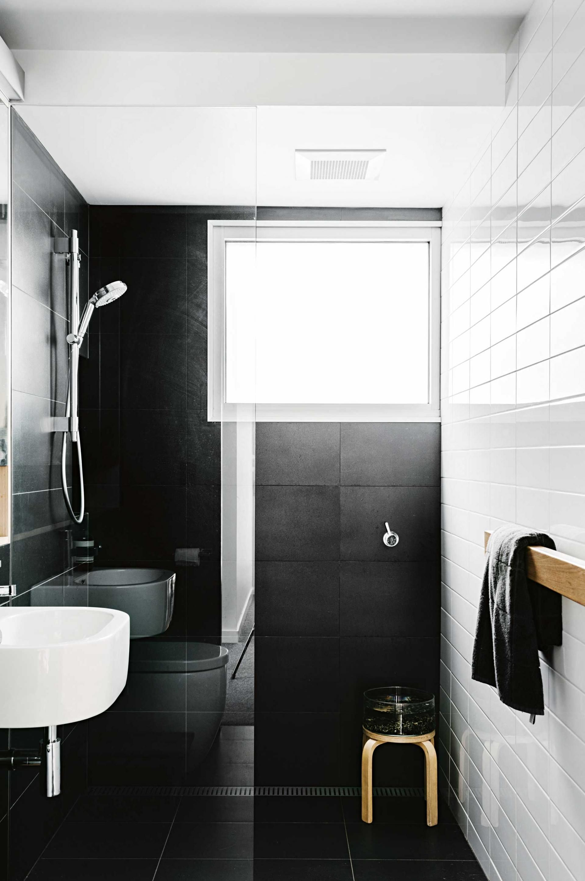 Kleines Bad Dunkle Fliesen Top 10 Black And White Bathrooms Styling By Megan Morton