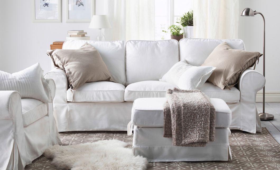 Ein Wohnzimmer mit einem weißen EKTORP 3er-Sofa und EKTORP Sessel - ikea wohnzimmer weis