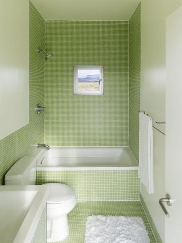 kleines Badezimmer mit grünen Fliesen und kleine Badewanne - kleines badezimmer fliesen ideen