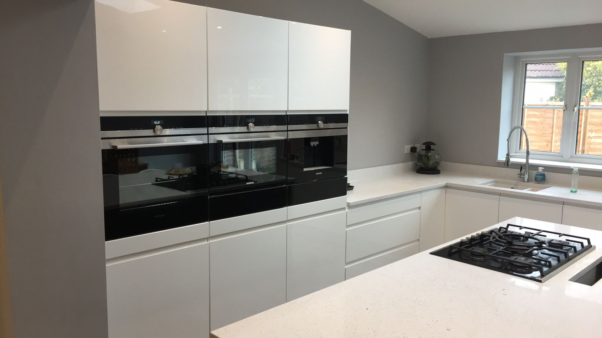 Siemens Küche Gloss White Kitchen Quartz Worktops And Siemens