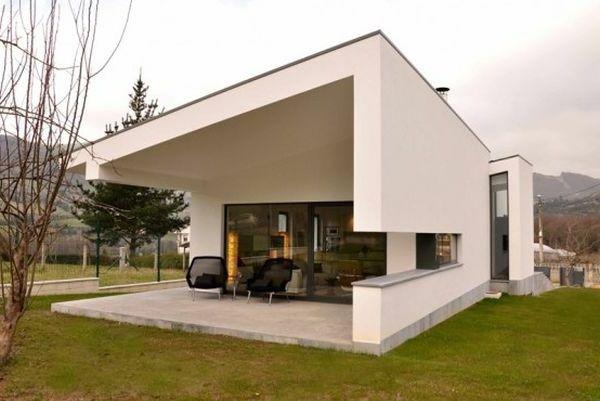 Weiße Fassade und Sessel mit Blick auf die Landschaft für ein - fassadenfarben fur hauser