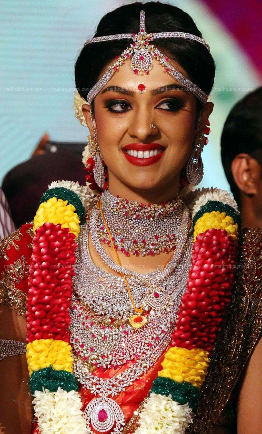 Ravi pillai daughter arathi wedding dress and ornaments photos 093