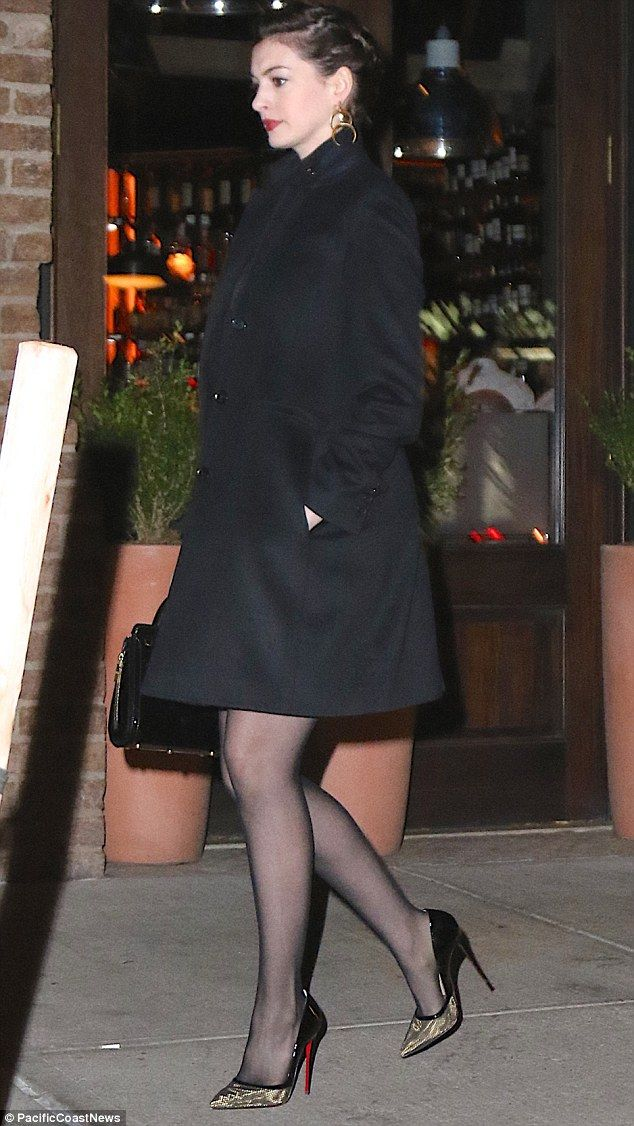 Got Rote Hochzeit Anne Hathaway Shows Off Her Toned Legs In Spiked Heels