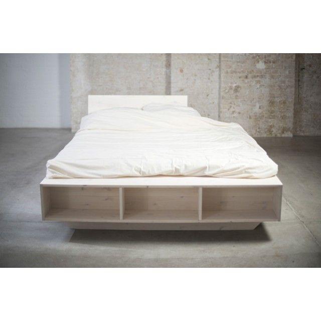 Das weiße Massivholzbett Luke besticht durch sein Design und - bett regal stauraum ablage