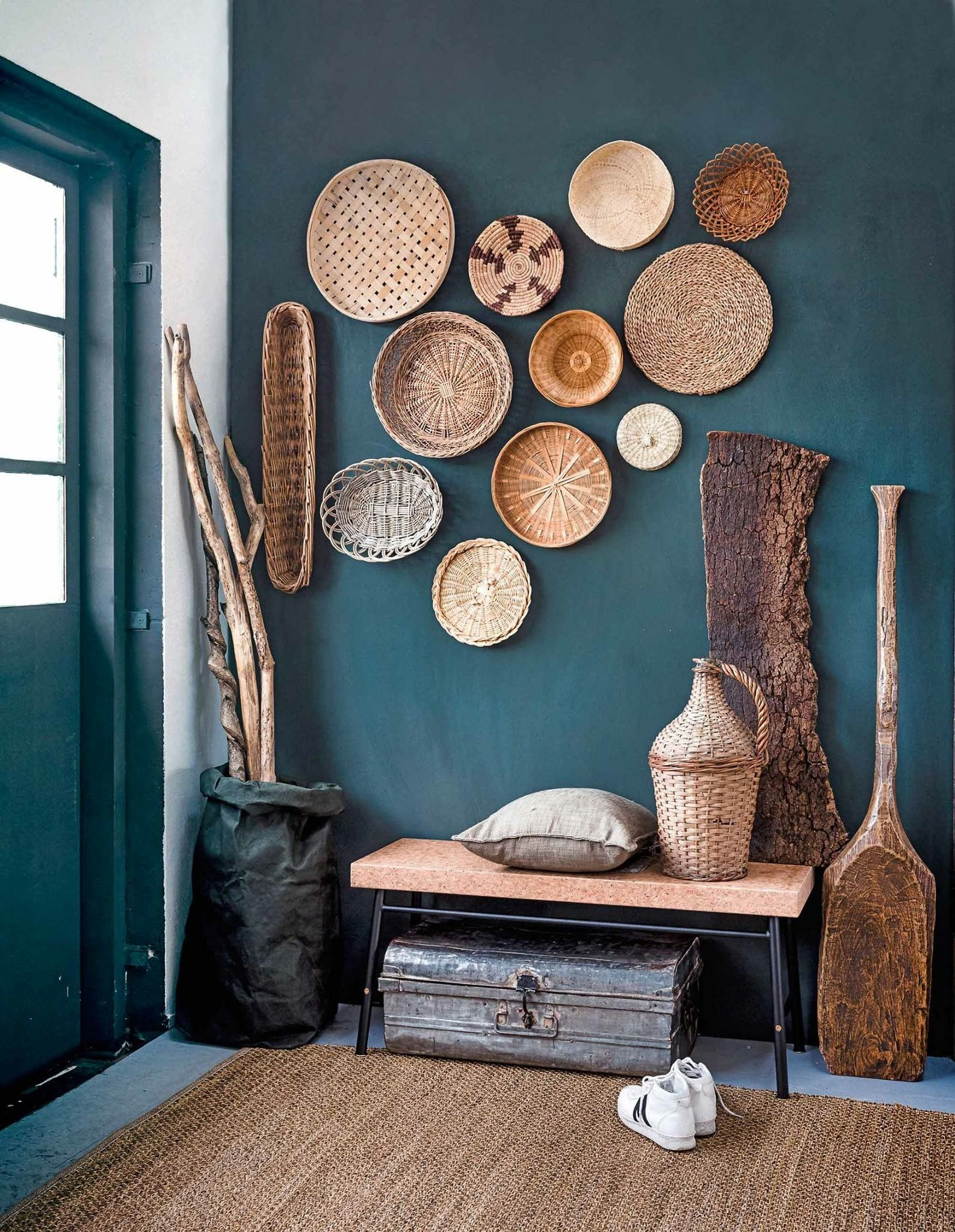 Afrikanische Wandfarben Baskets On Teal Wall, Entryway With Lots Of Textures
