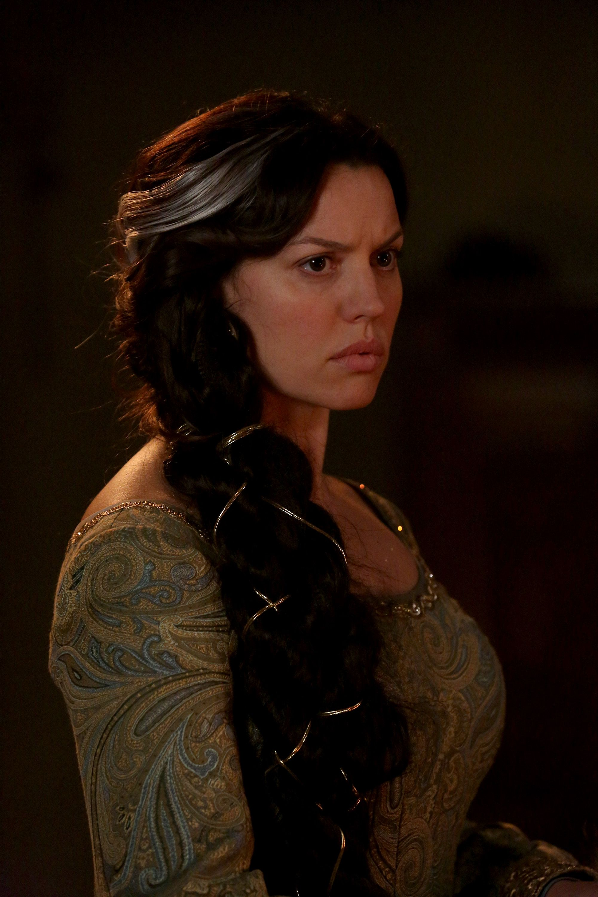 Queen elinor once upon a time thought she was callie sara ramirez from grey s anatomy for while queen elinor is caroline morahan