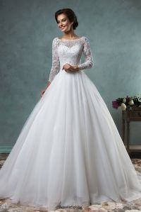 This special elegant wedding dress made of lace and tulle ...