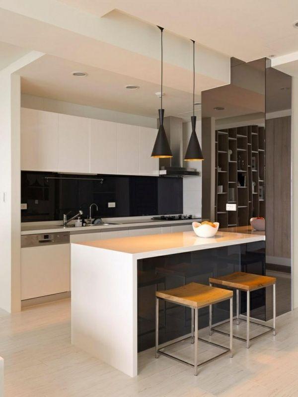 Weiße Kochinsel Und Schwarze Kronleuchter In Einer Modernen Küche   Wohntipps  Moderne Kuche Dica