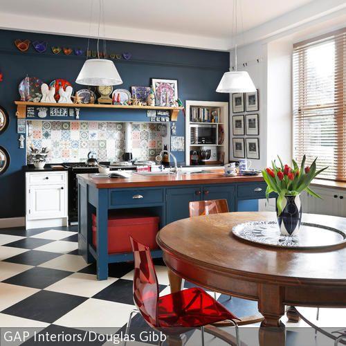 Die Kücheninsel in Blau setzt auf Gemütlichkeit und bunte Farben - skandinavisches kuchen design sorgt fur gemutlichkeit