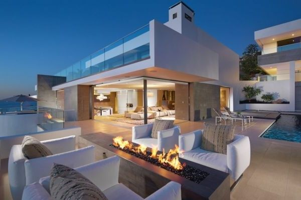 Terrasse aus Glass und luxus Feuerstelle im weißen Haus mit Blick - fassadenfarben fur hauser