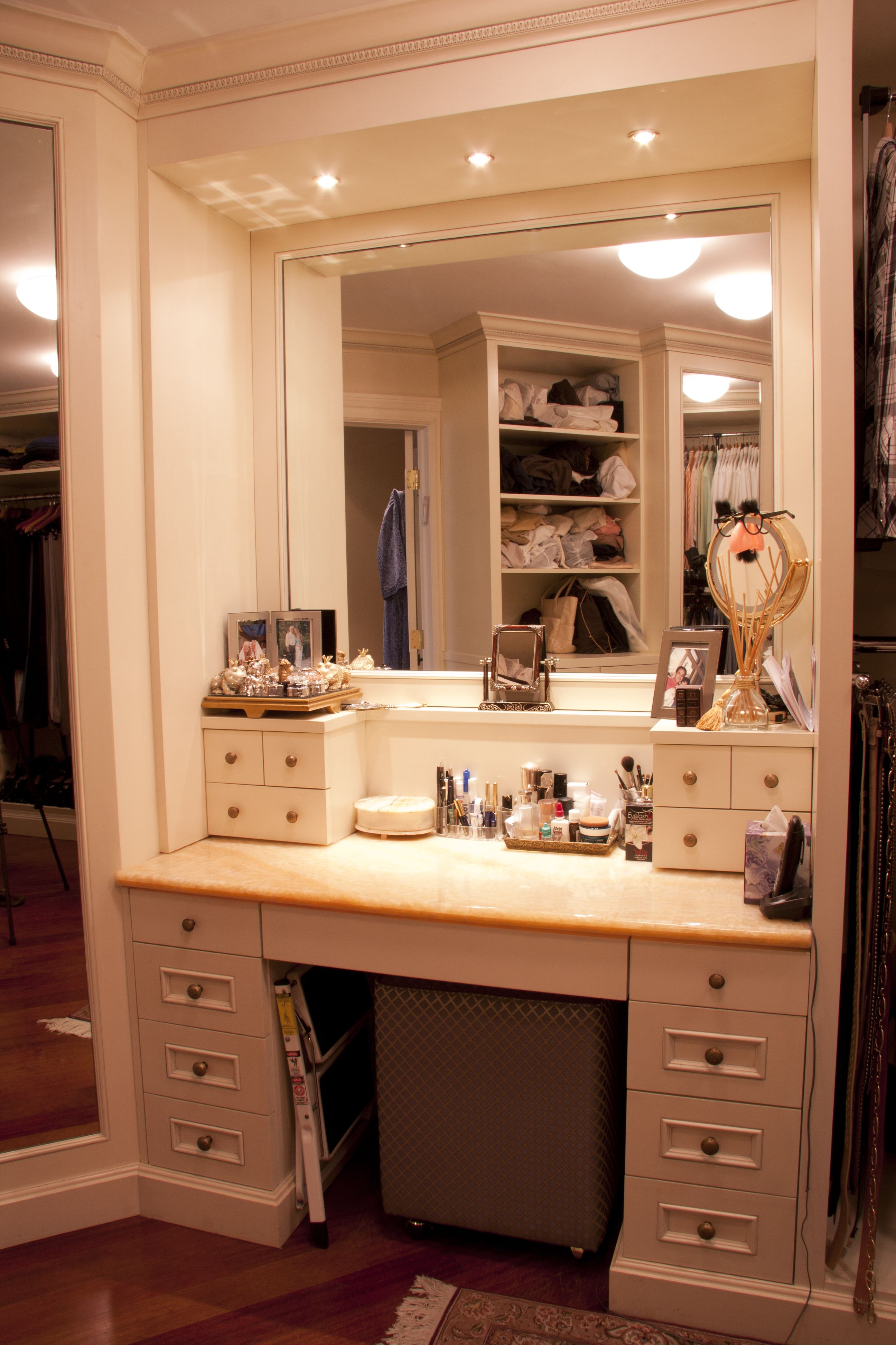 Furniture vanity makeup table with drawers and mirror for makeup show perfect beauty in maximum way by using makeup vanity table with light