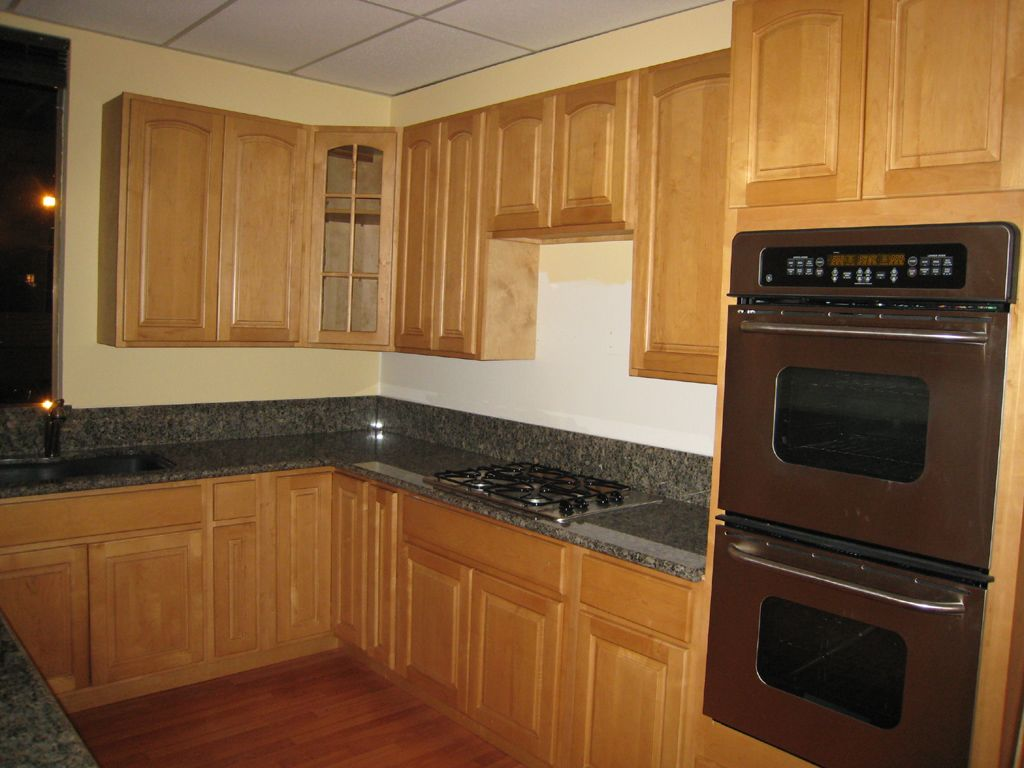Dark Countertops With Dark Cabinets Natural Maple Kitchen Cabinets Dark Counter Maple Shaker
