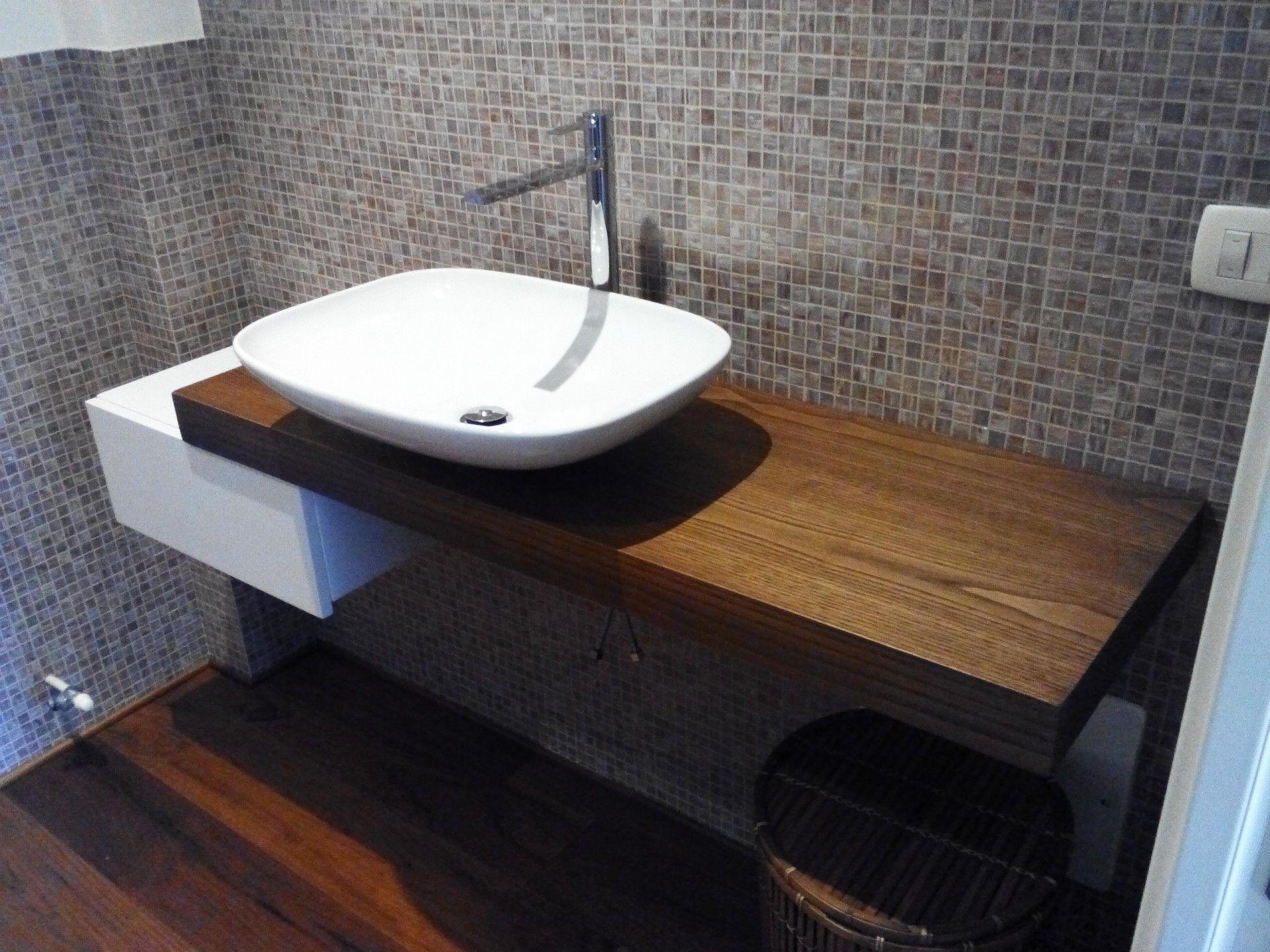 Bagno contemporaneo etere con top in marmo e lavabo soprapiano
