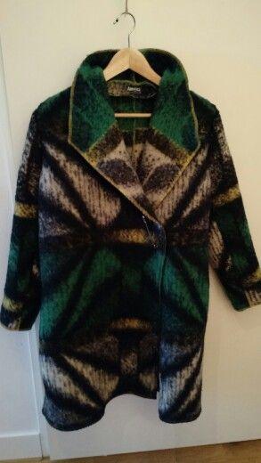 Deze mooie wollen jas is gemaakt van een prachtige wollen deken - 125 kosten