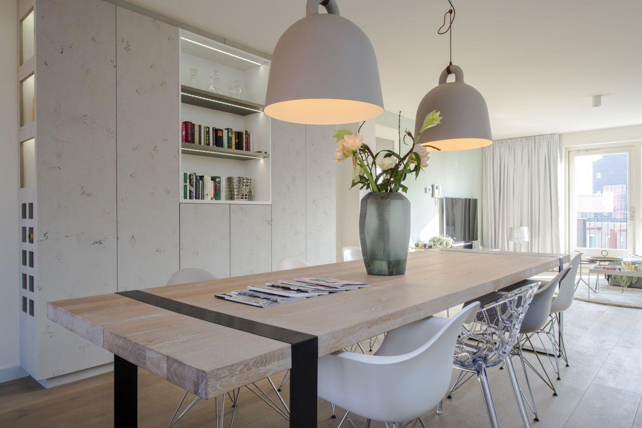 Witte woonkamer nieuw kast op maat boekenkast strak industrieel