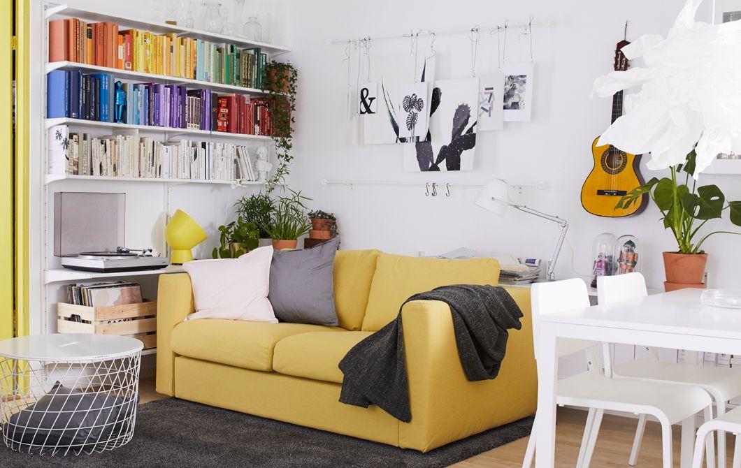 Ein Wohnzimmer in Weiß, dekoriert mit verschiedenen Akzentfarben - ikea wohnzimmer weis