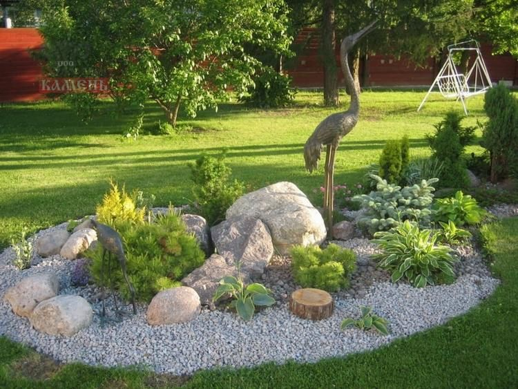 ein runder Steingarten mit grauem Kies und grünen Pflanzen - gartengestaltung steingarten