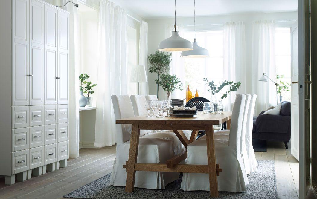 Ein helles Esszimmer mit MÖCKELBY Tisch in Eiche und sechs Stühlen - ikea esstisch beispiele skandinavisch