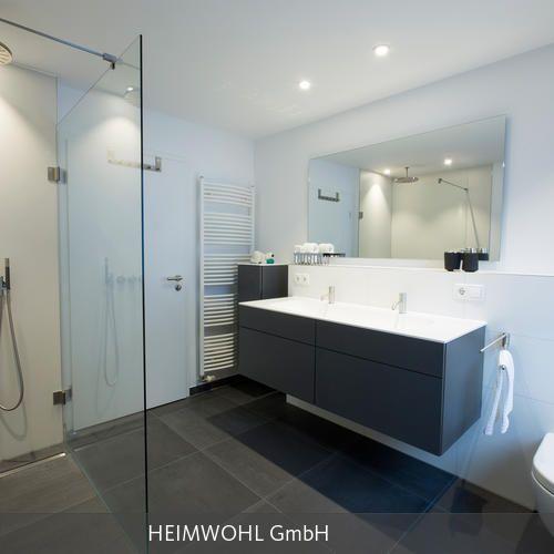 Klar strukturiertes Familienbad mit ebenerdiger Walk-In-Dusche - badezimmer 8 qm